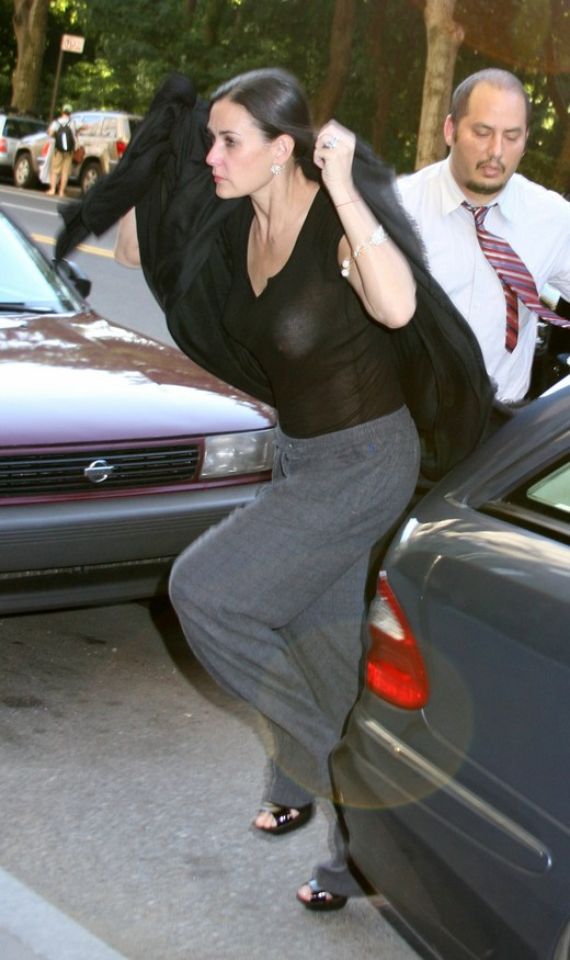 demi_moore_bares_her_nipple_to_cameras_while_returning_home_in_new_york_city-03_122_564lo.jpg